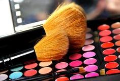 Gama de colores y cepillos profesionales del maquillaje Fotografía de archivo libre de regalías