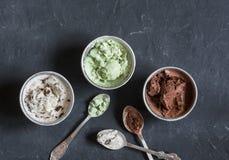 Gama de helado de la leche de coco con el chocolate, el polvo del matcha, los microprocesadores de chocolate y la vainilla Postre Imágenes de archivo libres de regalías