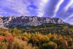 Gama de montañas con el cielo nublado Fotos de archivo
