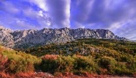 Gama de montañas con el cielo nublado Imagen de archivo libre de regalías