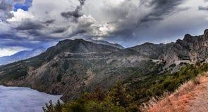 Gama de montañas con el cielo nublado Imagen de archivo