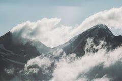 Gama de montañas y naturaleza salvaje del viaje de la aventura del paisaje de las nubes Fotografía de archivo libre de regalías