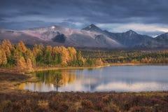 Gama hermosa de Autumn Landscape With Snowy Mountain del lago superficial mirror en fondo Imagen de archivo libre de regalías