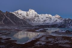Gama Nevado de montaña de Cholatse que refleja adentro Fotografía de archivo