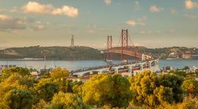 Gama van Vasco DA brug bij schemer Stock Foto's