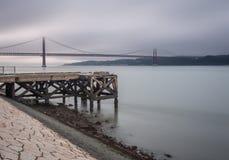 Gama van Vasco DA brug bij schemer Royalty-vrije Stock Foto's