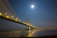 Gama van Vasco DA brug onder maanlicht Stock Fotografie