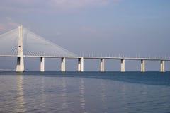 Gama van Vasco DA van de brug op Rio Tejo, Lissabon Stock Afbeeldingen