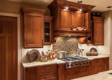 Gama y gabinetes caseros del top de la estufa de cocina en nueva casa de lujo imágenes de archivo libres de regalías