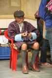 Gamal man - hundraårsdagbondemarknad - Thimphu - Bhutan Arkivbild