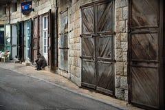 Gamal man i by Arkivfoton