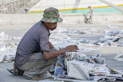 Gamal man i den smutsiga hamnen Royaltyfri Fotografi