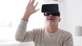 Gamal man i virtuell verklighethörlurar med mikrofon eller 3d exponeringsglas 110 lager videofilmer