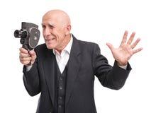 Gamal man med den gamla videokameran royaltyfri fotografi