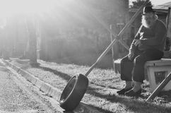 Gamal man och ett hjul arkivfoto