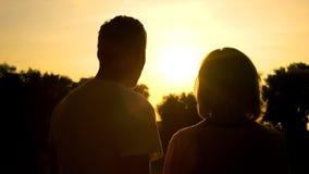 Gamal man- och kvinnaskugga mot solnedgångbakgrund, förbindelse lycka, förälskelse royaltyfri bild