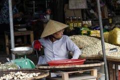 Gamal man på den vietnamesiska marknaden royaltyfri fotografi