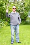 Gamal man på hans gräsgräsmatta royaltyfri fotografi