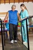 Gamal man på sjukgymnastik Royaltyfria Foton