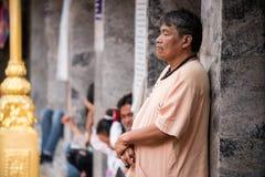 Gamal man på Suthep Temple i Chiang Mai Royaltyfria Foton