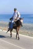Gamal man rider en mule Royaltyfria Bilder