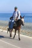 Gamal man rider en mule Royaltyfri Bild