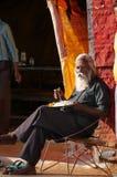 Gamal man som äter ett mål i gatamarknad i Khajuraho Arkivfoton