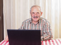 Gamal man som använder teknologi Royaltyfri Bild