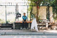 Gamal man som arbetar i Vietnam gator arkivbild