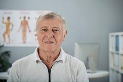 Gamal man som besöker doktorn royaltyfri bild