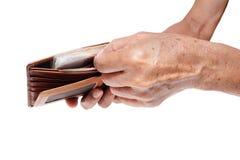 Gamal man som betalar för något med ett fullt av pengar in Arkivfoton