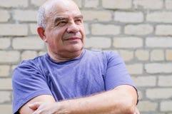 Gamal man som bort ser med glädje och hopp Arkivfoton