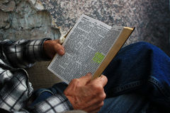 Gamal man som läser en bibel Arkivfoton