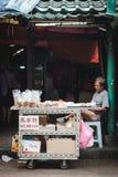 Gamal man som säljer bröd i petaling gata arkivfoto