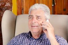 Gamal man som talar på telefonen Arkivbild