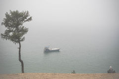 Gamal man som wathing på det ensamma fartyget på Lake Baikal under dimman Royaltyfria Foton