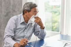 Gamal manfläderna får sjuk från influensa och rinnande näsa fotografering för bildbyråer