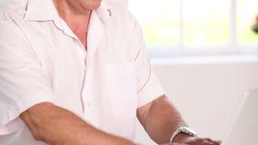 Gamal manmaskinskrivning på bärbara datorn stock video
