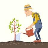 Gamal manträdgårdsmästaren med att bevattna kan Arkivfoto