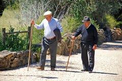 Gamala män går med en pinne, Portugal Fotografering för Bildbyråer