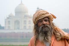 Gamala männen (sadhu) som blir nära Taj Mahal, Agra, Arkivfoto