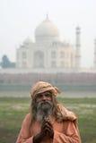 Gamala männen (sadhu) som blir nära Taj Mahal, Agra, Fotografering för Bildbyråer
