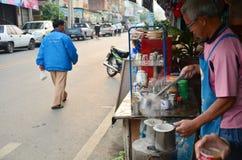 Gamala mannen gjorde frukosten och kaffe thai stil i Phrae Royaltyfria Bilder