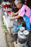Gamala mannen gjorde frukosten och kaffe thai stil i Phrae Arkivbilder