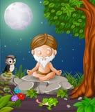 Gamala mannen mediterar, medan sitta på en stor sten i skog Arkivbild