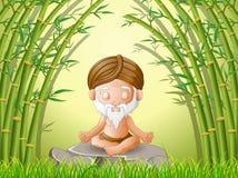 Gamala mannen mediterar, medan sitta på en stor sten i skog Fotografering för Bildbyråer