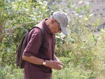 Gamala mannen på en spårning går arkivbilder