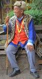 Gamala mannen är sititng på en bänk, Lijiang, Kina Royaltyfri Fotografi