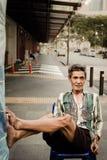 Gamala mannen sitter och kopplar av på kineskvarteret, Singapore arkivbilder