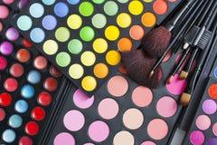 Gamas de colores y cepillos profesionales del maquillaje Fotos de archivo libres de regalías